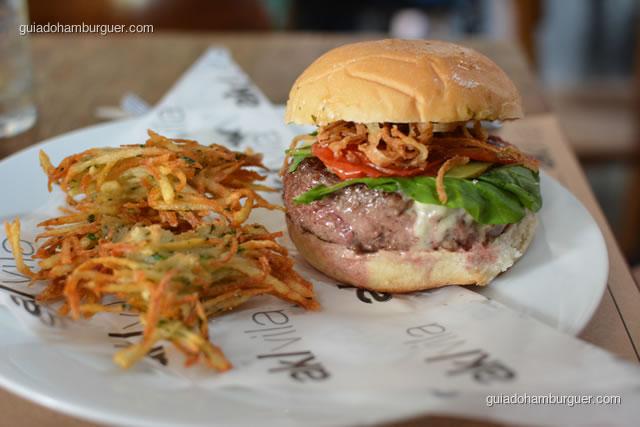 AK Vila Cheese Salada acompanha latkes – hambúrguer de fraldinha, queijo quartirolo, rúcula, tomate confit, picles e cebola crocante - AK Vila