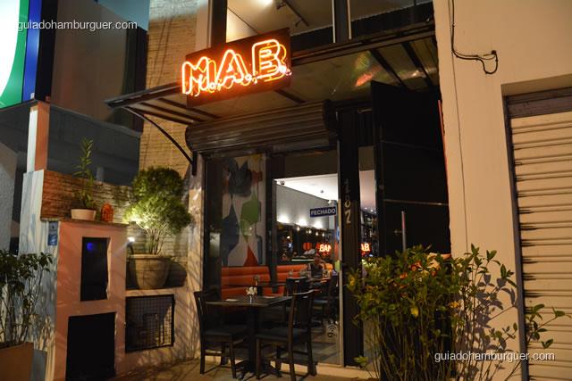 Fachada com luminoso em neon - MAB Gastronomia