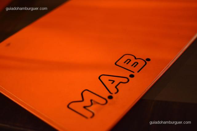 Cardápio laranja, cor predominante da casa - MAB Gastronomia