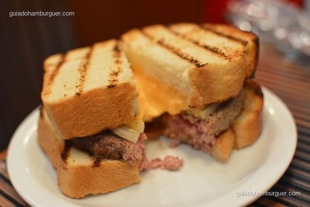 Louis Burger: hambúrguer de blend de carnes, yellow cheese, cebola queimada e pão brioche  - Z Deli Sanduíches