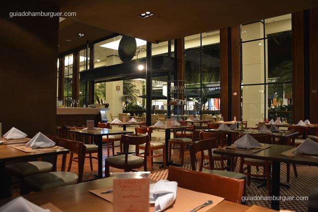 Ambiante de restaurante, guardanapos de pano e decoração requintada - Empório Central