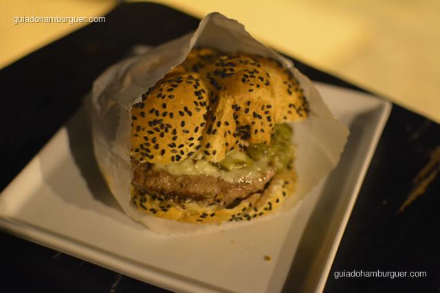 Chez Burger: hambúrguer de fraldinha com queijo gorgonzola,relish de pepino e cebola caramelada  - Chez Burger
