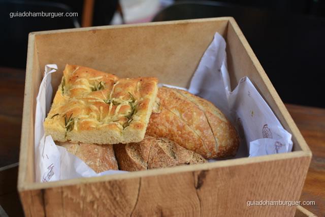 Pães variados do couvert, o de alecrim acima estava uma delícia - Mangiare Gastronomia