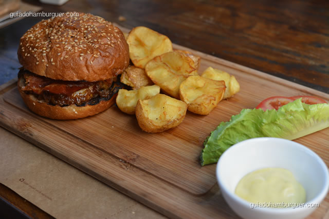 Cibo Burguer, batatas bolinhas fritas e salada - Mangiare Gastronomia
