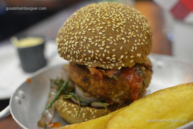 TOP du TOP: hambúrguer de copa lombo temperado com mostarda Dijon empanado, com cebola roxa, nirá e bacon, com molho hoisin e molho de sauce pimento chinesa, no pão australiano - La Maison Est Tombeé