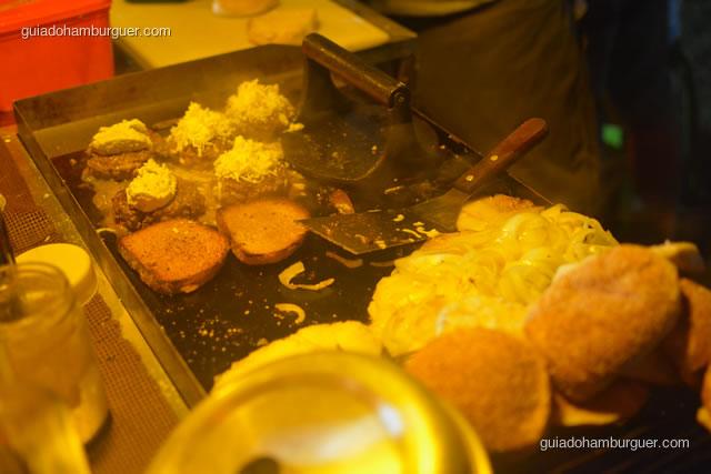 A chapa além de pequena precisa chapear os burgers, tostar o pão e fritar as cebolas