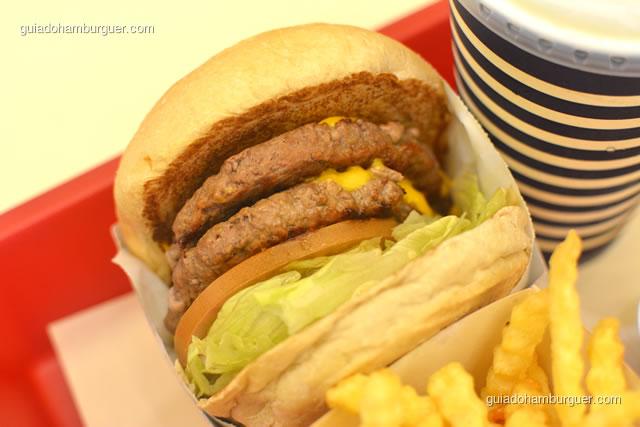 Detalhe do double cheese salada bacon - Burger Lovers