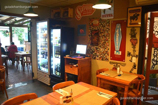 Ambiente interno e geladeira de cervejas - 12 Burguer e Bistrô