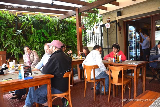 Os clientes curtindo o clima arejado da varanda - 12 Burguer e Bistrô