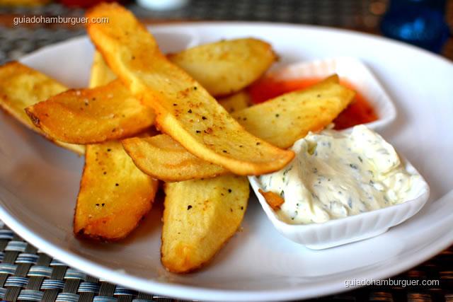 Aproveite a geleia de pimenta para comer com as batatas, vale a pena - 12 Burguer e Bistrô