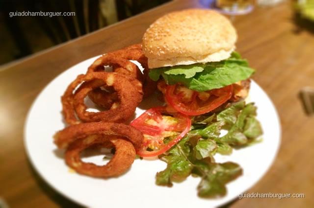 Fastback Burger, pão de hambúrguer, hambúrguer de picanha recheado com mussarela de búfala, rúcula e tomate com maionese especial - Mustang Sally
