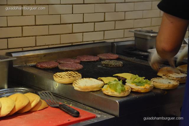 Além dos hambúrgueres, os pães também são tostados no broiler - Na Garagem Hamburgueria Artesanal