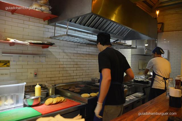O char broil fica em frente ao balcão, dá para acompanhar o passo-a-passo da preparação dos hambúrgueres - Na Garagem Hamburgueria Artesanal