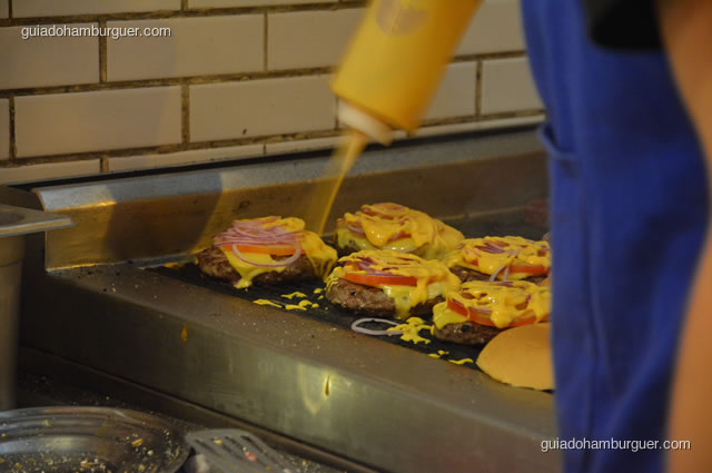 Quando o hambúrguer está quase pronto o ingrediente final é o molho de cenoura exclusivo - Na Garagem Hamburgueria Artesanal