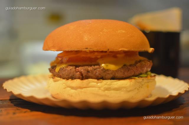 Hambúrguer servido no pratinho de papel - Na Garagem Hamburgueria Artesanal