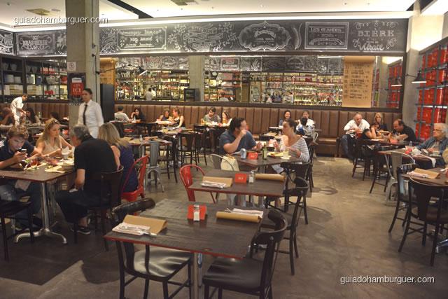 Grande salão com as mesas e os sofás - Ici Brasserie