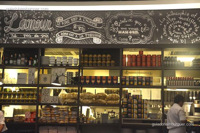 Detalhes dos mantimentos e da lousa decorativa - Ici Brasserie