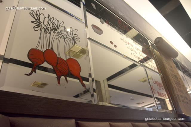 Espelho com um rabanete e alguns destaques do cardápio - Ici Brasserie