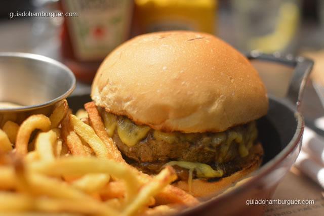 Hambúrguer e pão selado com o queijo derretido por cima - Ici Brasserie