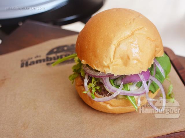 Essa é nossa segunda receita: hambírguer de 180g, muçarela, rúcula, alface, moho de tomates frescos, bacon e maionses verde no pão de mandioquinha - Butantan Food Park