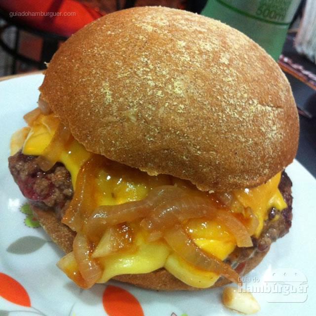 Santana Burger com hambúrguer de picanha de 150 gramas, queijo cheddar e cebola agridoce no pão australiano - Santana Burguers