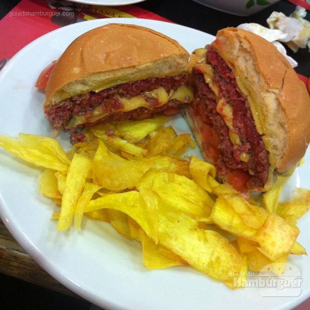 Scania, dois hambúrgueres de fraldinha com 130g cada, queijo prato, alface, tomate, maionese da casa e mandioquinha frita no pão tradicional - Santana Burguers