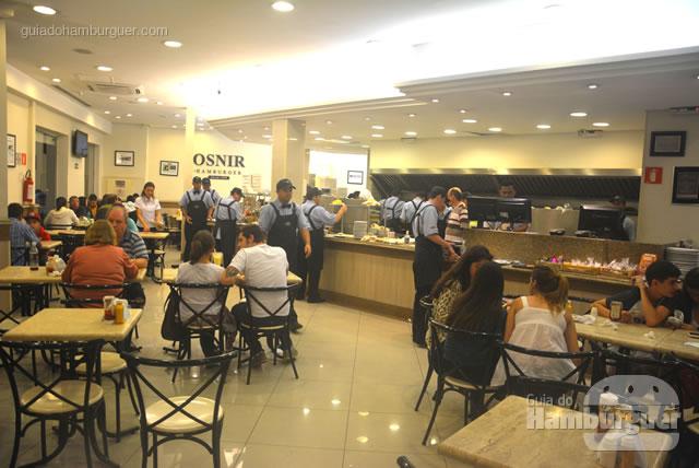 Ambiente espaçoso e dá para ver a preparação dos burgers - Osnir Hamburger