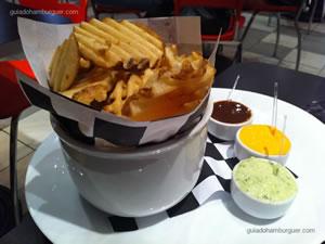 Batata do farol (batata frita no formato criss cuts servida com molho barbecue, cheddar e maionese temperada) - Garage Burger