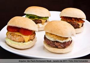 Sinfonia Matriz - menu degustação com 4 sucessos da Matriz em versões de 45g cada: 1 mini pic Matriz (hambúrguer de picanha, queijo prato, cebola, alface e molho rosé), 1 mini pic Iguatemi (hambúrguer de picanha, queijo prato, bacon e molho barbecue), 1 mini Granja Julieta (hambúrguer de frango, queijo prato, maionese e molho de tomates frescos), e 1 mini Cebolão (hambúrguer tradicional, creme de queijos e onion rings) - Matriz Hamburgueria