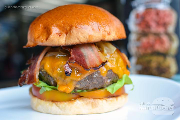 Bronx Burger, cheddar inglês, cebola caramelizada, bacon, picles e tomate - Desafio Chip's Burger