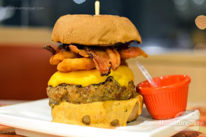 Aussie's Big Party, hambúrguer de 240g de Kobe (a carne mais cara do mundo), american cheese, onion rings, bacon e molho picante - Pibus Hamburger