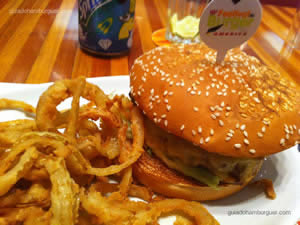 RibsBurger Hambúrguer de 150g, queijo prato, costelinha de porco desfiada e temperada com exclusivo molho barbecue, maionese e alface americana no pão com gergelim - America 10º Festival de Burger