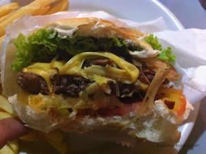 Big Burguer (hambúrguer, queijo, alface, tomate, maionese, bacon, picles e cebola frita) - Burdega
