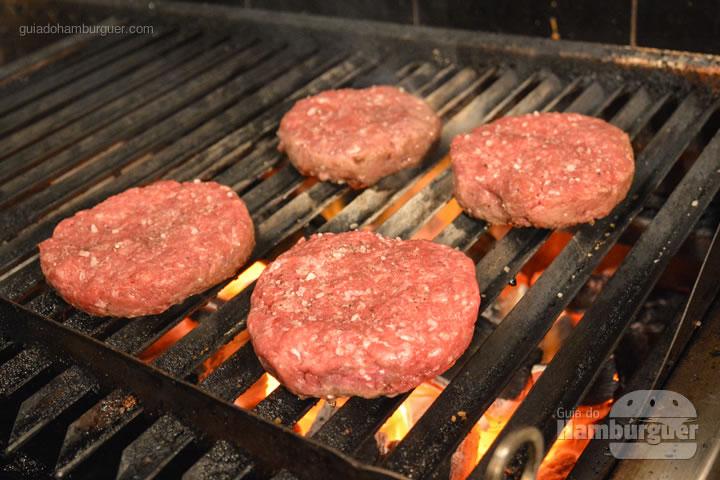Hambúrguer na churrasqueira - Receita de hambúrguer caprese do Burger Table