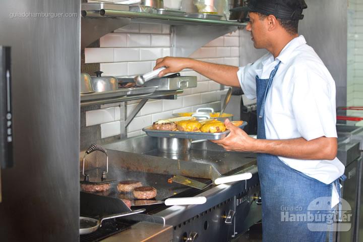 Hambúrgueres sendo preparados na chapa - Z Deli Sandwich Shop