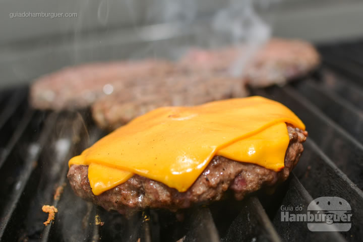 Cheddar derretendo sobre o hambúrguer - G Burger