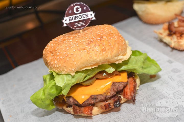 Hambúrguer pronto para ser embrulhado - G Burger