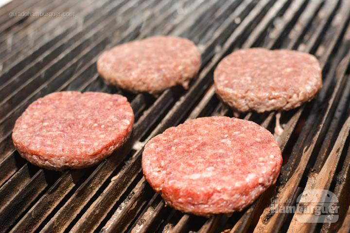Hambúrguer indo para a grelha - All Bros Burger