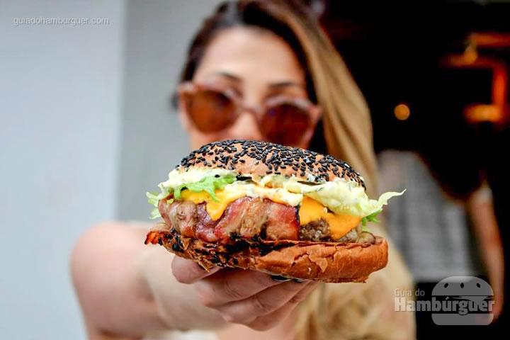 Vai um hambúrguer aí?  - B, de Burger por Lelê Gianetti