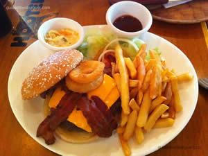 Western BBQ Burger (hambúrguer Hooters de 220g, queijo cheddar, molho barbecue e cebolas empanadas) - Hooters