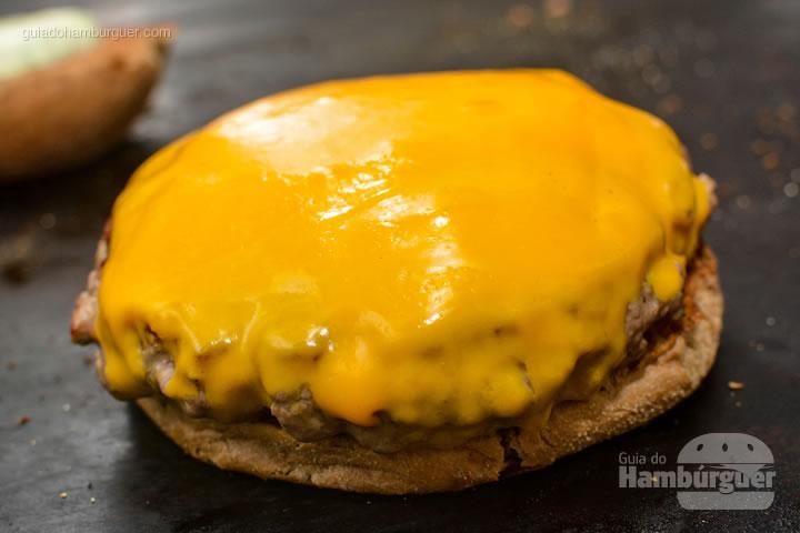 Hambúrguer pronto para receber as onion rings e a maionese - New Dog no Burger Fest