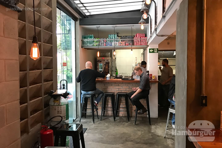 Bar, na entrada da casa - All In Burger