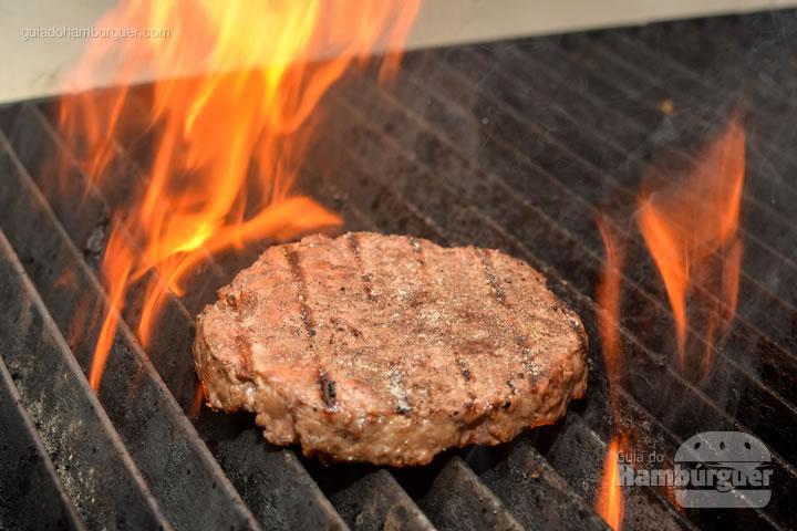 Hambúrguer grelhado é sempre bom! - Burger Shop