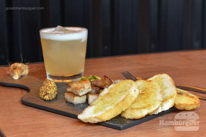 Porçvão de barriga de porcom com um drink - Frank & Charles Sandwich Bar