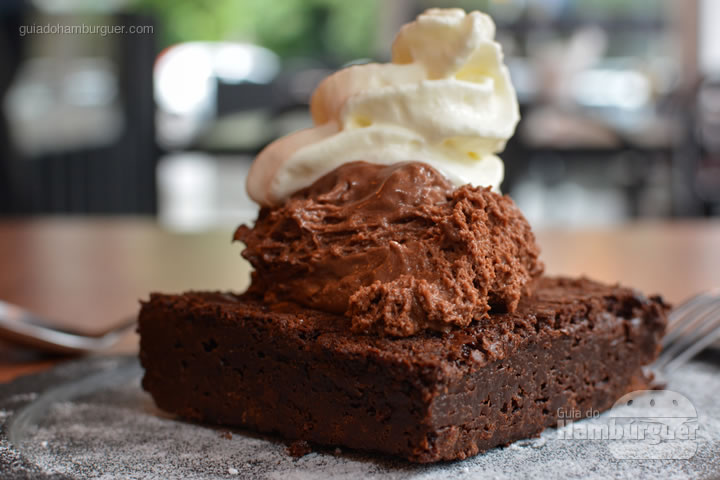 Brownie, mousse de chocolate e chantilly - Frank & Charles Sandwich Bar