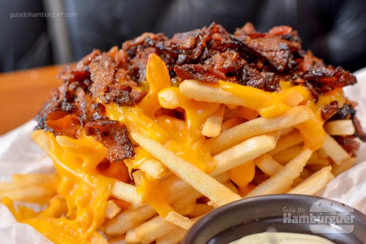 Porção de fritas com cheddar e bacon - Sheriffs Burger