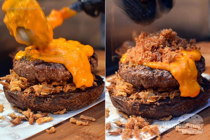 Porção generosa de cheddar e bacon - Stage Burger