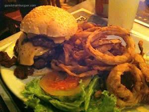 Great J&L - um double cheeseburger (x-burger) com 200g de pura carne bovina e fatias de bacon crocante, servidos com onion rings, alface, tomate, cebola roxa e maionese à parte por R$ 32,20 - Joe & Leo's