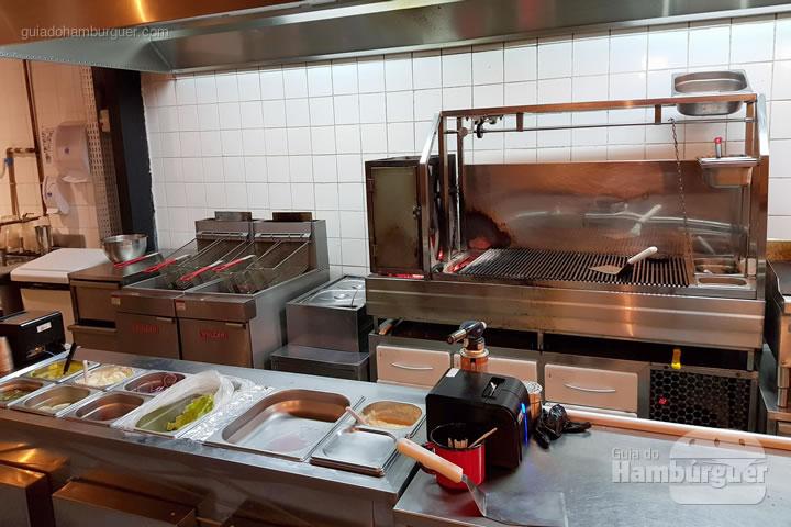 Cozinha onde são preparados os hambúrgueres na churrasqueira - ALL IN . burger Itaim