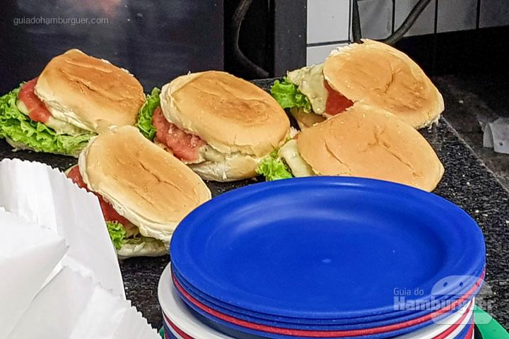 Hambúrgueres sendo finalizados - Hambúrguer do Seu Oswaldo